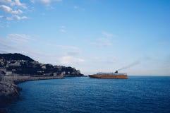 Ein großes gelbes Schiff, Nizza, Frankreich lizenzfreie stockfotografie