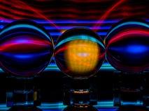 Ein großes goldenes gelbes Quadrat wird in mittleren Crystal Ball reflektiert stockfotos