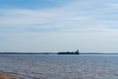 Ein großes Handelsschiff zu den Containern an Bord in Meer Arbeit der Industrie lizenzfreies stockfoto