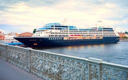 Ein großes Kreuzfahrtschiff am Pier in St Petersburg Lizenzfreies Stockfoto