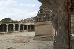 Ein großes offenes prakara und ein unbekannter Schrein, wie von der Maha-mandapa, Krishna Temple, Hampi, Karnataka gesehen Heilig lizenzfreie stockfotografie
