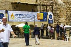 Ein großes Plakat auf Hebräisch hängt an der Klagemauer in Jerusalem stockbild