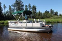Ein großes Pontonboot befestigt im Fluss Lizenzfreie Stockbilder
