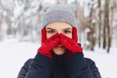 Ein großes Porträt eines Mädchens in den roten Handschuhen mit ausdrucksvollen Augen herein lizenzfreie stockbilder