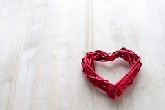 Ein großes rotes Herz auf dem Hintergrund von hölzernen Brettern, Valentinsgruß ` s Tag, der Feiertag der Liebe Lizenzfreie Stockfotos