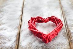 Ein großes rotes Herz auf dem Hintergrund von hölzernen Brettern, Valentinsgruß ` s Tag, der Feiertag der Liebe Stockbild