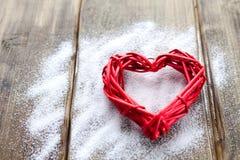 Ein großes rotes Herz auf dem Hintergrund von hölzernen Brettern, Valentinsgruß ` s Tag, der Feiertag der Liebe Lizenzfreie Stockbilder