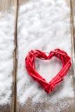 Ein großes rotes Herz auf dem Hintergrund von hölzernen Brettern, Valentinsgruß ` s Tag, der Feiertag der Liebe Stockfotos