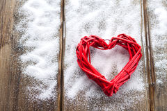 Ein großes rotes Herz auf dem Hintergrund von hölzernen Brettern, Valentinsgruß ` s Tag, der Feiertag der Liebe Stockfoto