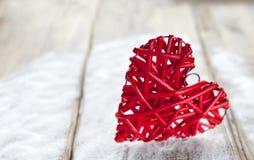 Ein großes rotes Herz auf dem Hintergrund von hölzernen Brettern, Valentinsgruß ` s Tag, der Feiertag der Liebe Stockbilder