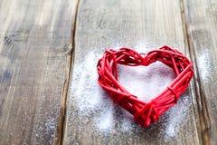 Ein großes rotes Herz auf dem Hintergrund von hölzernen Brettern, Valentinsgruß ` s Tag, der Feiertag der Liebe Stockfotografie