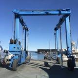 Ein großes, schönes Blau spezialisierte Kran, für das Transportieren von Segelbooten auf Trockendock Stockbilder