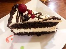 Ein großes Stück des köstlichen Schokoladencremekuchens mit Himbeeren lizenzfreies stockfoto