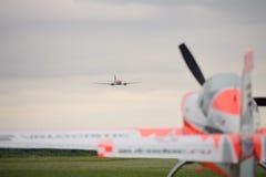 Ein großes zweimotoriges Flugzeug stockfotos