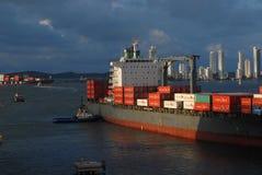 Ein großes Containerschiff, das leicht zu einem Dock am Cartagena-Hafen gedrückt wird Lizenzfreies Stockbild