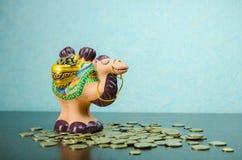 Ein Gummispielzeug der Seitenansicht und der Münzen des Kamels Lizenzfreies Stockbild