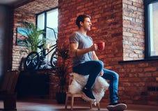 Ein gutaussehender Mann mit BMX in einem Studio Stockfotografie