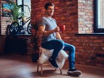Ein gutaussehender Mann mit BMX in einem Studio Stockfoto