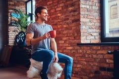 Ein gutaussehender Mann mit BMX in einem Studio Lizenzfreies Stockfoto