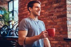 Ein gutaussehender Mann mit BMX in einem Studio Stockbilder