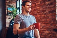 Ein gutaussehender Mann mit BMX in einem Studio Lizenzfreie Stockfotografie