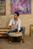 Ein gutaussehender Mann spielt ein Tamburin Lizenzfreie Stockfotos