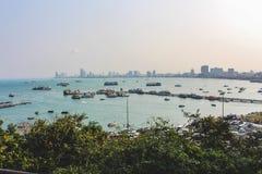 Ein guter Ort auf dem Hügel diese sehende Panoramastadtansicht in Pattaya-Stadt von Thailand Stockfotografie
