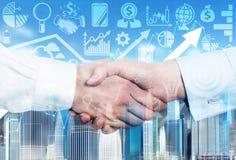 Ein Händedruck ist über den wachsenden Pfeil- und Geschäftsikonen Stockfoto