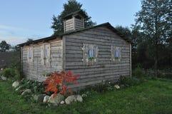 Ein Häuschen in einer Frühlings-Landschaft Stockfotografie