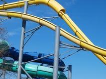 Ein höherer Lauf zu einem Wasserrutsche-Park Lizenzfreie Stockfotografie