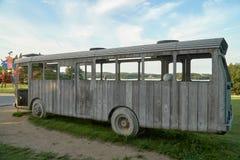 Ein hölzerner Bus im Park Lizenzfreies Stockfoto