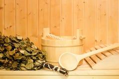 Ein hölzerner Eimer, ein Birkenbesen und andere Zusätze in einer finnischen klassischen Sauna oder in einem russischen Bad Freier lizenzfreie stockfotografie