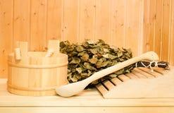Ein hölzerner Eimer, ein Birkenbesen und andere Zusätze in einer finnischen klassischen Sauna oder in einem russischen Bad Freier stockbilder