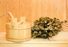 Ein hölzerner Eimer, ein Birkenbesen und andere Zusätze in einer finnischen klassischen Sauna oder in einem russischen Bad Freier lizenzfreies stockbild