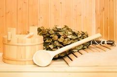 Ein hölzerner Eimer, ein Birkenbesen und andere Zusätze in einer finnischen klassischen Sauna oder in einem russischen Bad Freier stockbild