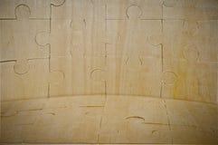 Ein hölzerner Hintergrund wird vom Puzzlespiel montiert Lizenzfreies Stockbild