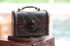Ein hölzerner kleiner Kasten der braunen Farbe, ein alter Verschluss und ein Metallgriff Kästchen des Servicekonzepts für Spitzen stockbild