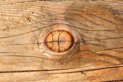 Ein hölzerner Knoten in einem hölzernen Lichtstrahl. Stockfotos