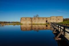 Ein hölzerner Steg zum mittelalterlichen Schloss Lizenzfreie Stockbilder