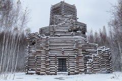 Ein hölzernes Gebäude im Schnee Stockfotos