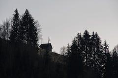 Ein hölzernes Häuschen auf einem Berghang stockfotografie