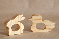 Ein hölzernes handgemachtes Spielzeug ist ein Nagetier für das Zahnen in den Babys in Form eines Tieres stockfotos