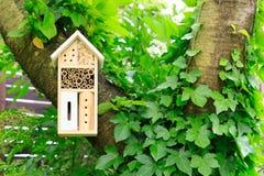 Ein hölzernes Insektenhotel im Baum stockfotografie