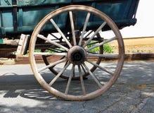 Ein hölzernes Lastwagenrad stockfotos