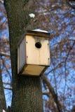 ein hölzernes Vogelhaus Lizenzfreies Stockfoto