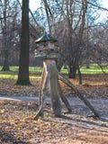 Ein hölzernes Vogelhaus im Park Stockfotos