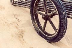 Ein hölzernes Wagenrad der Weinlese Lizenzfreie Stockfotos
