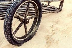 Ein hölzernes Wagenrad der Weinlese Lizenzfreies Stockfoto