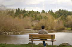 Junger Mann, der in einem Park sich entspannt Lizenzfreie Stockfotos