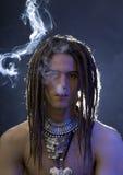 Ein hübscher Kerl mit einer Zigarette und eine Vielzahl des stilvollen Silbers Lizenzfreies Stockbild